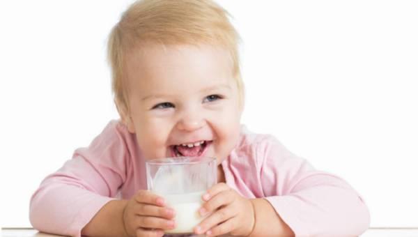 """Czy podawać mleko UHT naszemu dziecku – czy szukać mleka """"prosto od krowy""""?"""