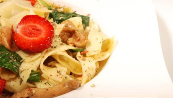 Makarony: Fettucini z kurkami i szpinakiem
