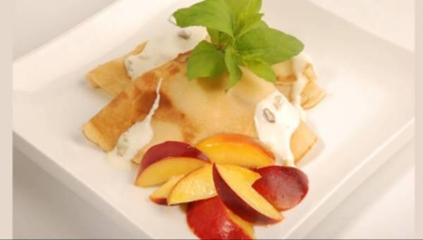Naleśniki z owocami i sosem jogurtowym
