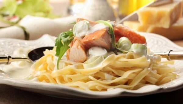 Pomysł na obiad: Łosoś duszony na wstążkach z sosem porowo-śmietanowym