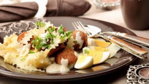 Makaron z białą kiełbasą, chrzanem i gotowanymi jajami