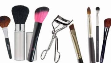 Pędzle do makijażu (i zalotka) – niezbędne akcesoria każdej kobiety