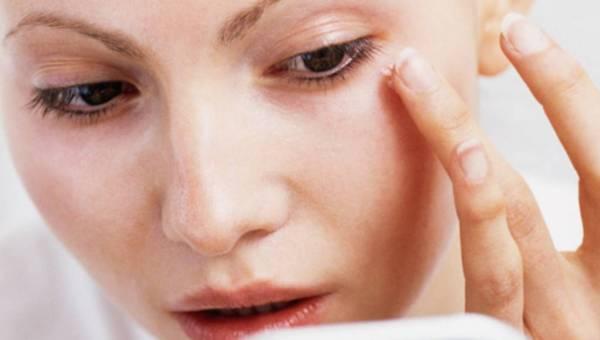 Jak stosować i wybierać kremy pod oczy? Przegląd składników zawartych w kremach