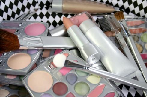 jak przechowywać kosmetyki, jak przedłużyć trwałość kosmetyków