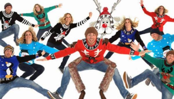 Swetry z reniferami i bałwankami – czy wciąż są passé?
