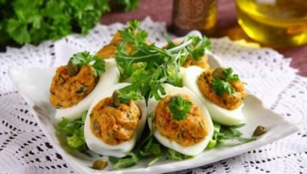 Jajka faszerowane gotowanym mięsem