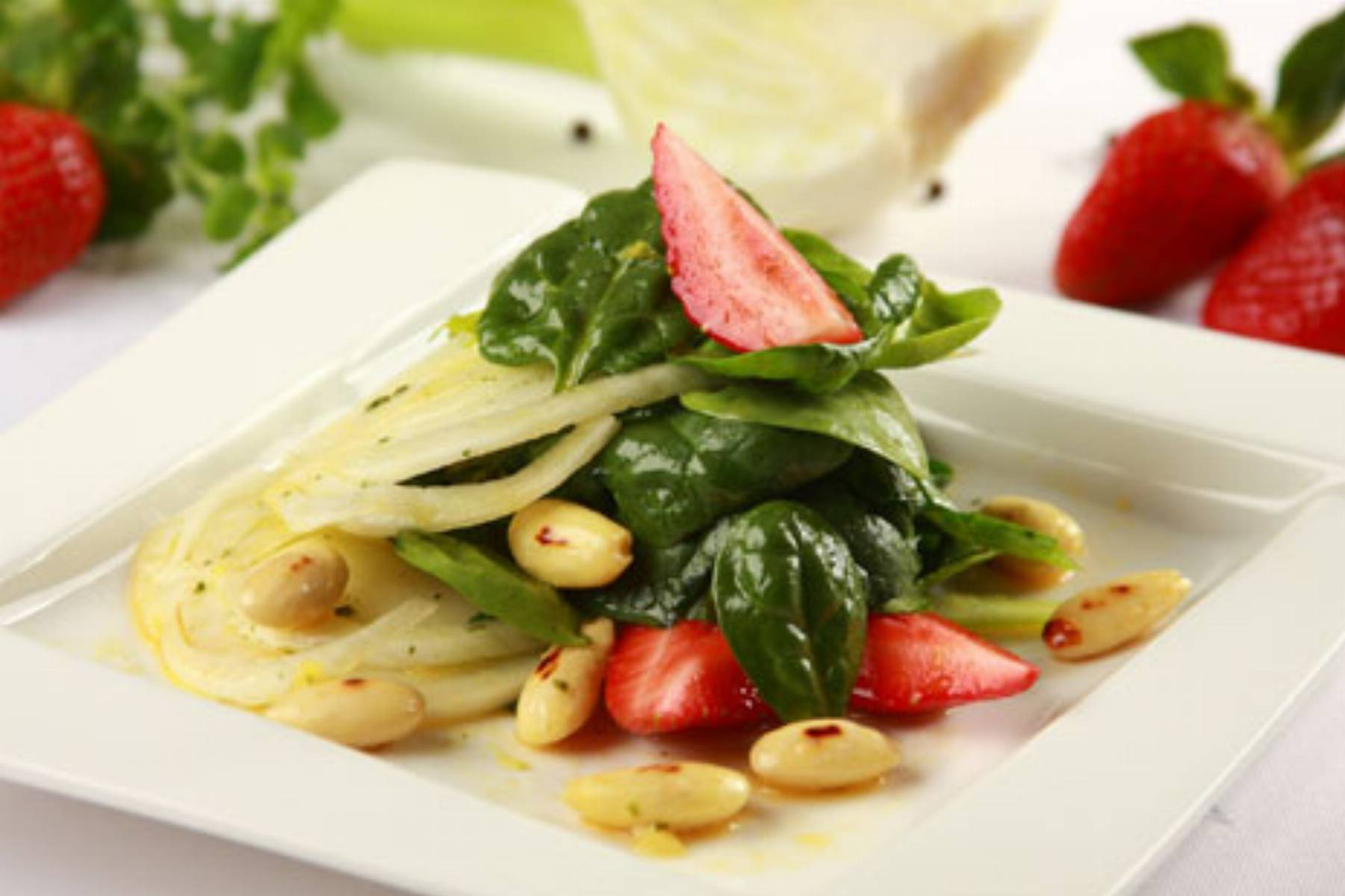 Knorr - salatka szpinakowa z truskawkami