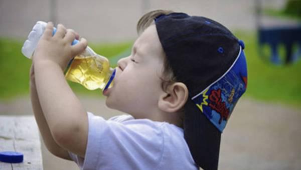 Uważaj na soki owocowe. Mogą zniszczyć zęby Twojego dziecka!