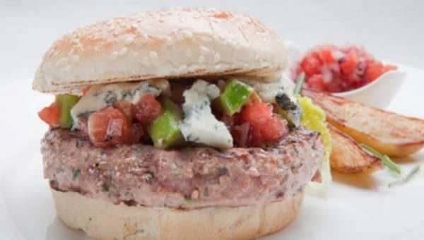 Lekka przekąska na lato – hamburgery z kurczaka z kolendrą, chilli podane z salsą pomidorową