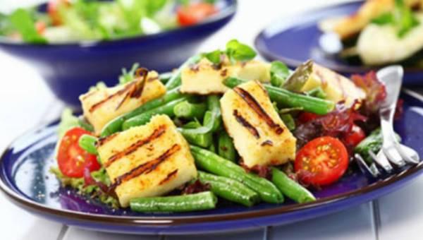 Lekka przekąska na lato – sałatka z grillowanym serem żółtym, fasolką szparagową i pomidorami