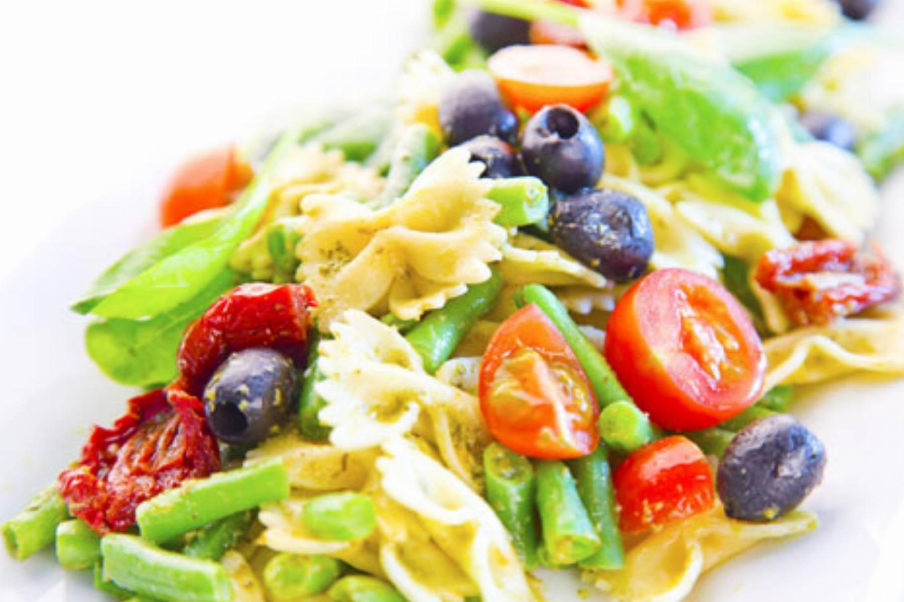Zielona salatka z makaronem