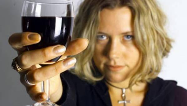 Twój kieliszek do wina i to, w jaki sposób go trzymasz, wpływa na to, ile sobie nalewasz…