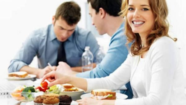 Jak zdrowo jeść w pracy?