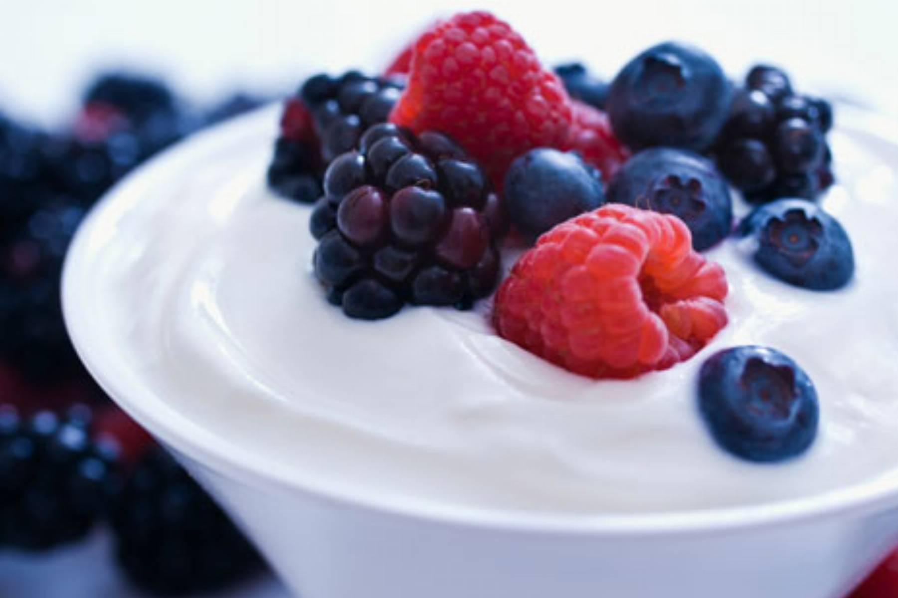 Owoce z jogurtem