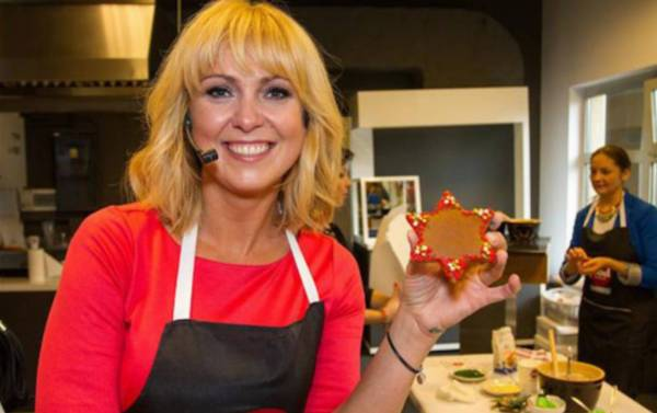 Ewa Wachowicz pokazuje piernik w kształcie świątecznej gwiazdki