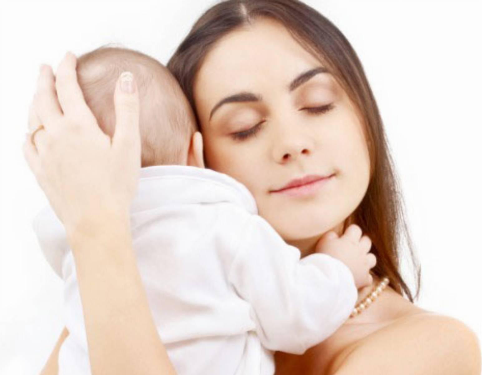 Przytulanie niemowlaka