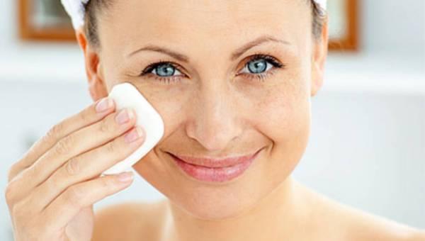Jak działa płyn micelarny i czy warto zastąpić nim dotychczasowy kosmetyk do demakijażu?