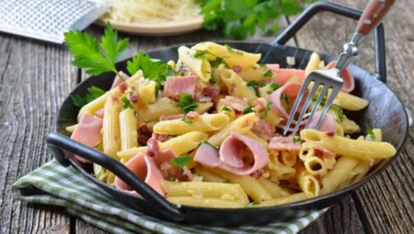 Szybki danie: Penne z szynką w sosie śmietanowym