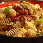 Fusilli-z-kiełbasą,-karczochami-i-suszonymi-pomidorami