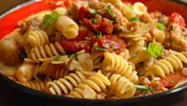 Giada De Laurentiis: Fusilli z kiełbasą, karczochami i suszonymi pomidorami
