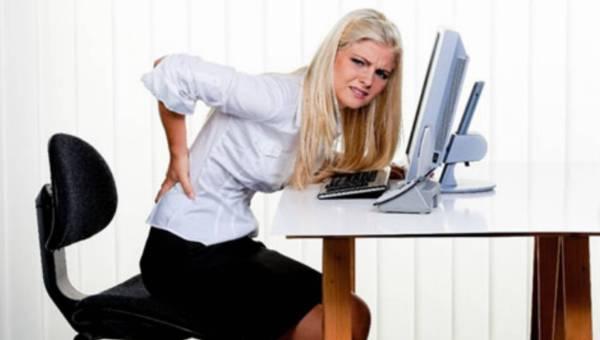 Kręgosłup za biurkiem – jak unikać bólu