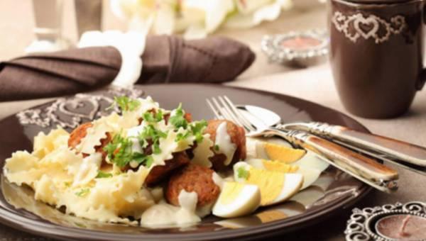 Szybkie danie Wielkanocne: Makaronowa wstążka z białą kiełbasą w sosie chrzanowym