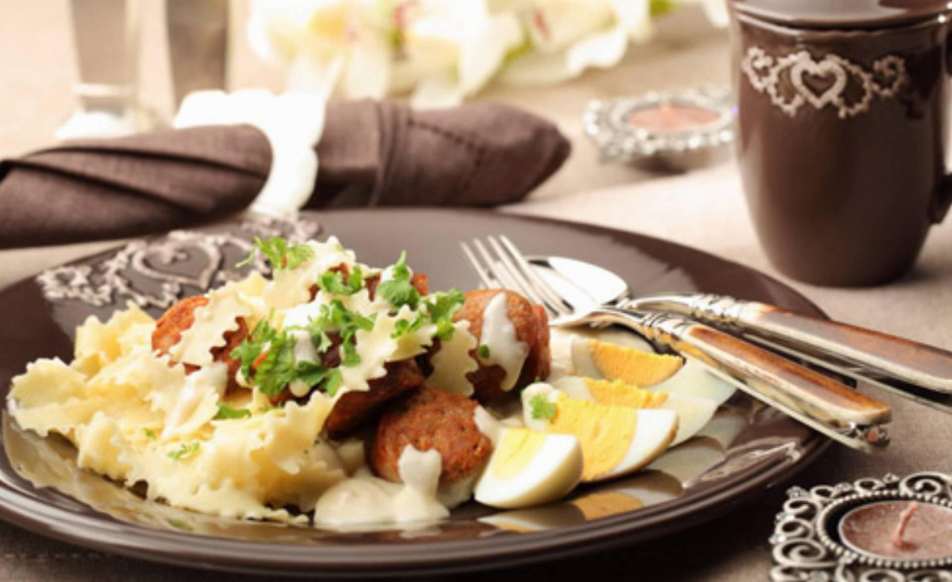Makaronowa wstążka z białą kiełbasą w sosie chrzanowym