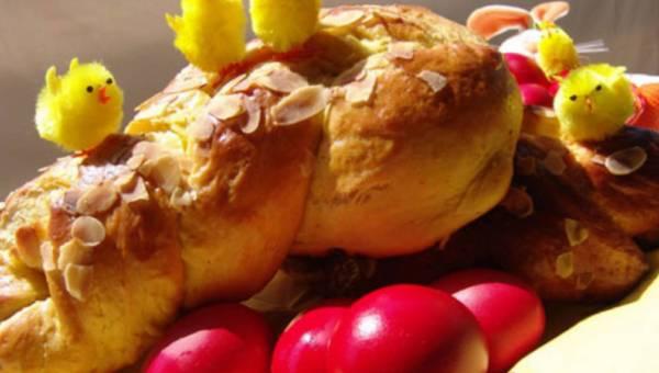 Tsoureki – Chlebek z jajkiem wielkanocnym – w greckim stylu na Wielkanoc