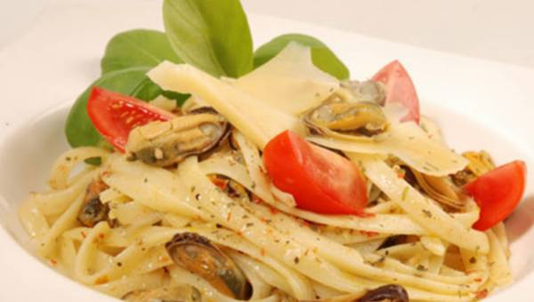 Linguini z małżami i szafranem