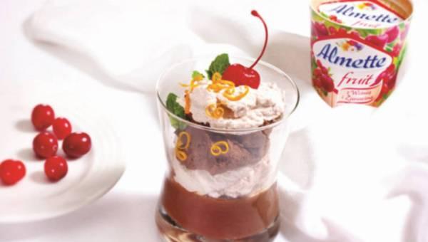 Miniszklaneczki z musem czekoladowym oraz musem  Z almette fruit z wiśnią i żurawiną