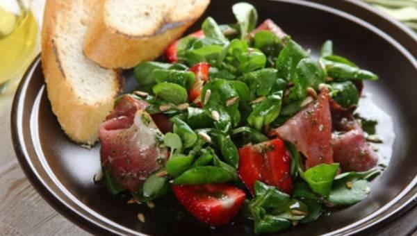 Aromatyczna sałatka z truskawkami i suszoną szynką – wg szefa kuchni Knorr