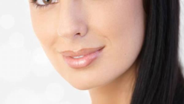Dekolt bez kompleksów – jakich zabiegów szukać  w gabinetach kosmetycznych