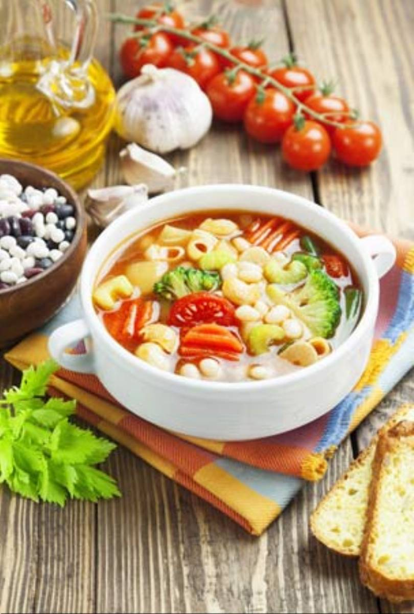 Zupa wiosenna z z pomidorami i brokułem