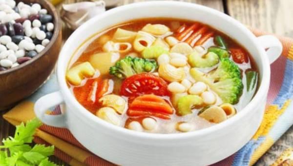 Przepis na: Zupa wiosenna z pomidorami i brokułem