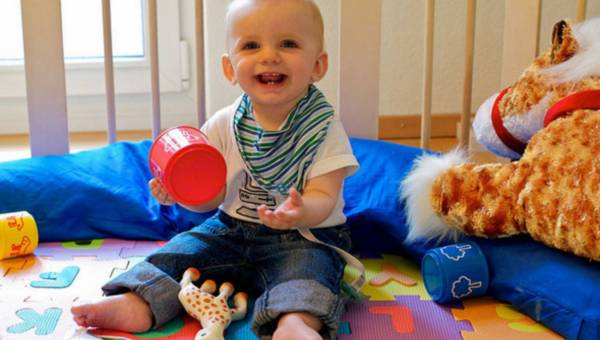Bezpieczna zabawa -kojec dla malucha wciaż niezastąpiony