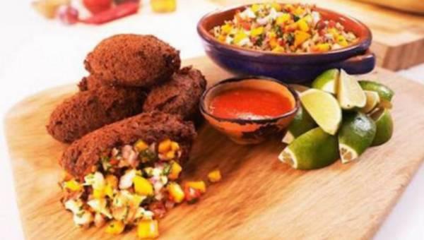 Fasolowe frittery z ceviche, krewetek i mango