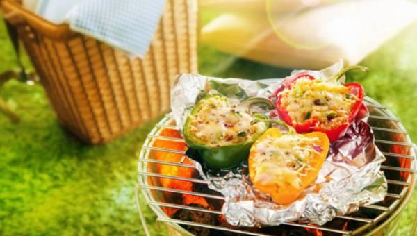 Grillowana papryka z kuskusem, pieczarkami i żółtym serem