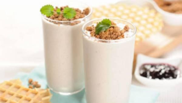 Szybkie i zdrowe śniadanie: Koktajl bananowy z otrębami śliwkowymi