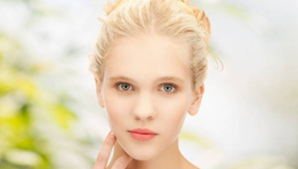Jak dbać o skórę skłonną do podrażnień i rumienia latem? Radzi dr Agnieszka Bliżanowska