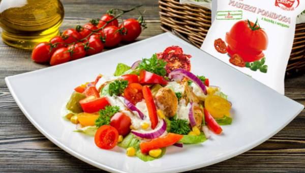 Sałatka na chrupko z kurczakiem i plasterkami suszonego pomidora