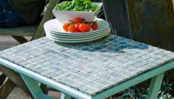 Renowacja mozaikowego stolika – zrób to sama!