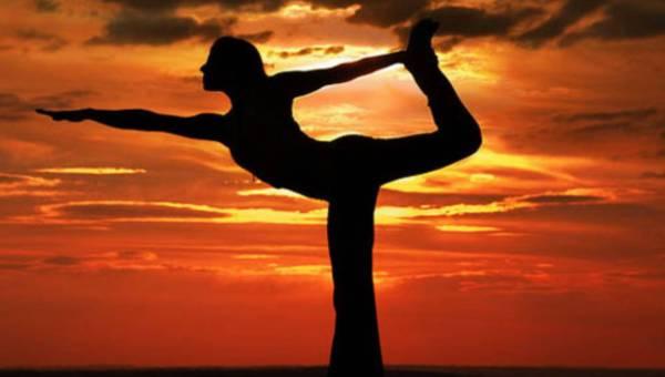 Latem zadbaj o swój kręgosłup – praktykuj jogę!