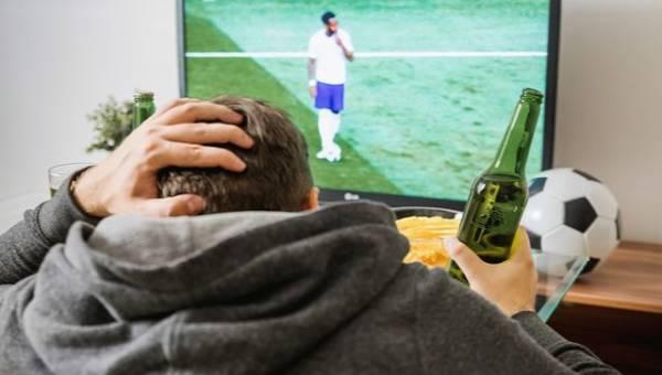 Przeczytaj, jak przeżyć miesiąc piłkarskiego szaleństwa nie będąc kibicem