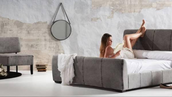 Pomysł na wnętrze: Industrialny salon urządzony sofami z jeansu