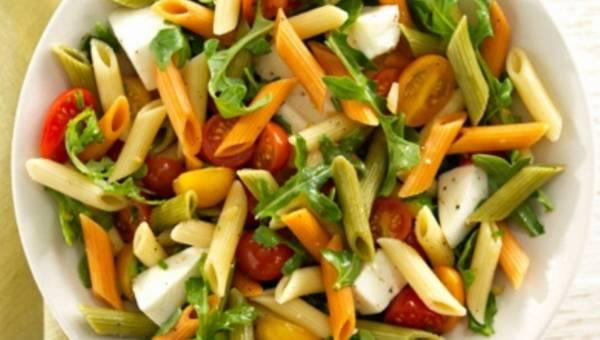 Sałatka Mezze Penne Tricolore z rukolą, pomidorkami koktajlowymi i serem mozarella