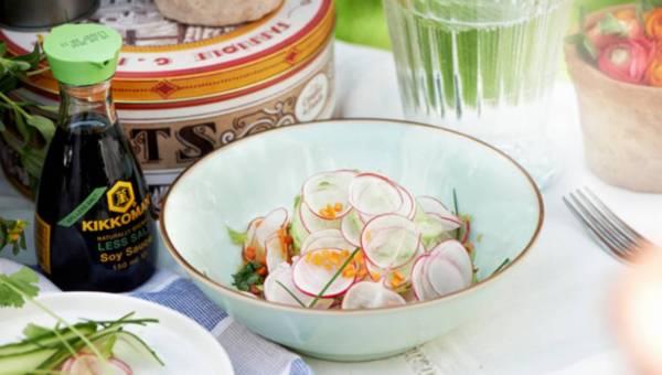 Sałata z ogórka i rzodkiewek w dressingu na bazie sosu sojowego