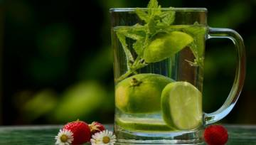 8 TOP przepisów na gorące dni – woda z owocami, miętą, rozmarynem i innymi dodatkami!