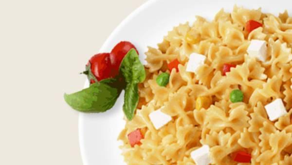 Farfalle z serem mozzarella, pomidorem, kukurydzą i zielonym groszkiem
