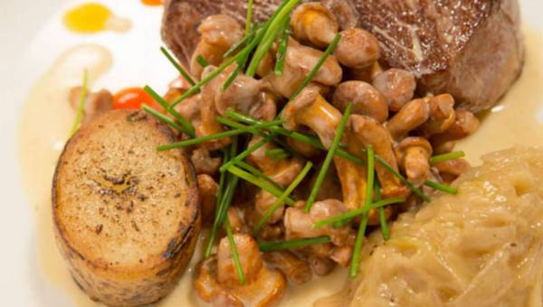Filet mignon z kurkami i cebulą