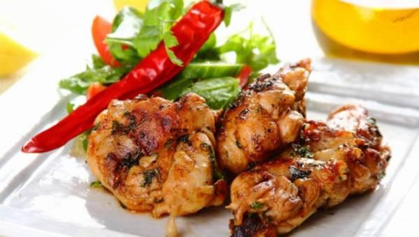 Szybkie danie z grilla: Udka z kurczaka z chili i kolendrą